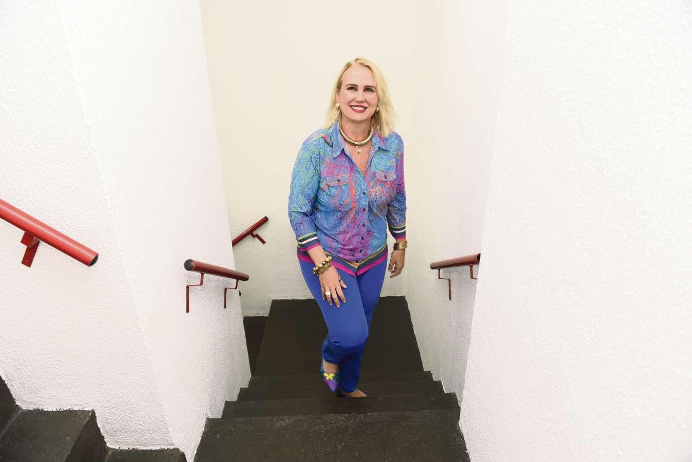 Silvania Saadi, professora de piano, usa as escadas do trabalho para se exercitar. Crédito: Vitor Jubini