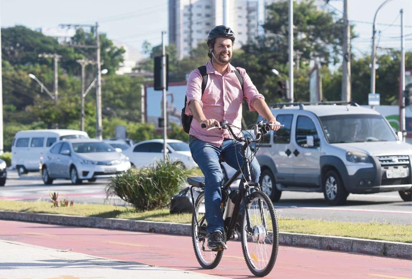 Vitor Lopes, jornalista e músico: ele agora deixa o carro em casa. Crédito: Carlos Alberto Silva
