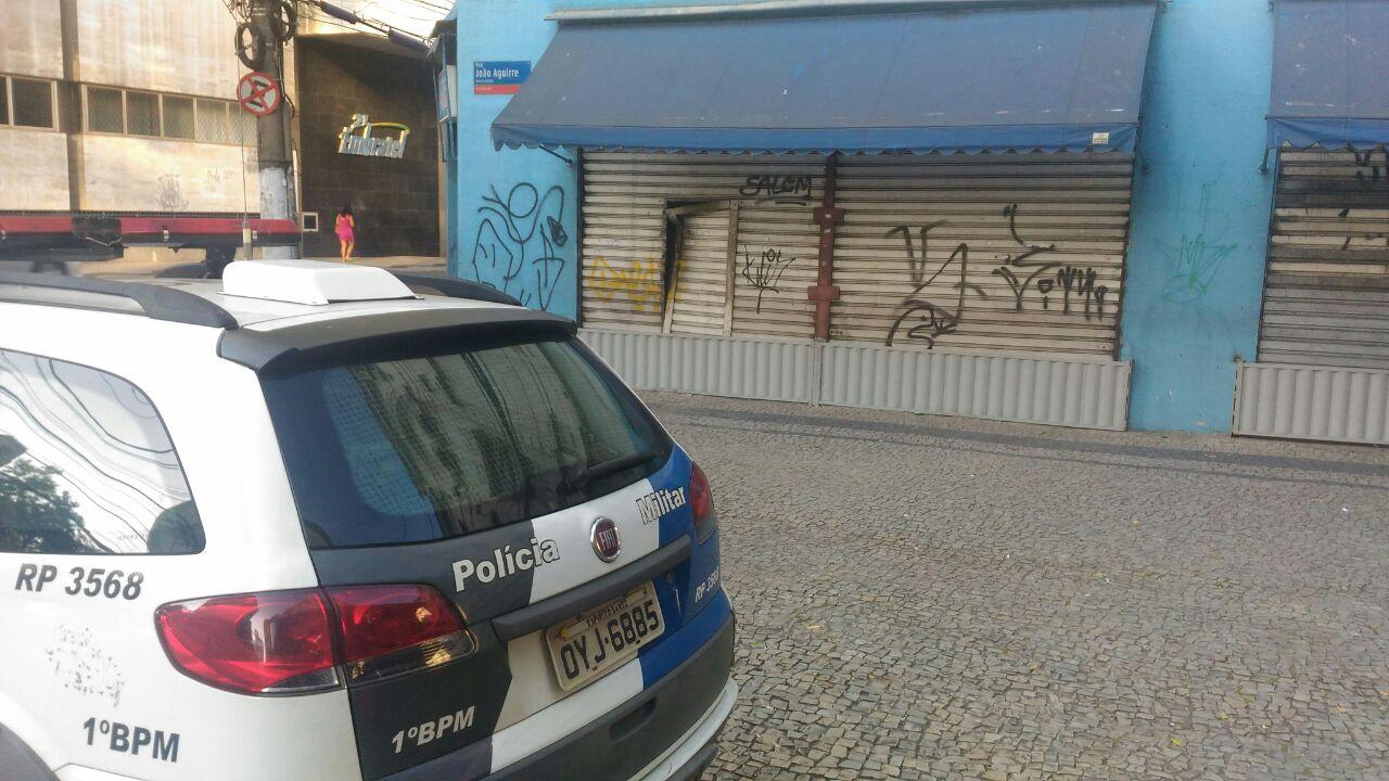 Policiais Militares estão em frente à loja que foi arrombada esta madrugada no Centro de Vitória . Crédito: Eduardo Dias