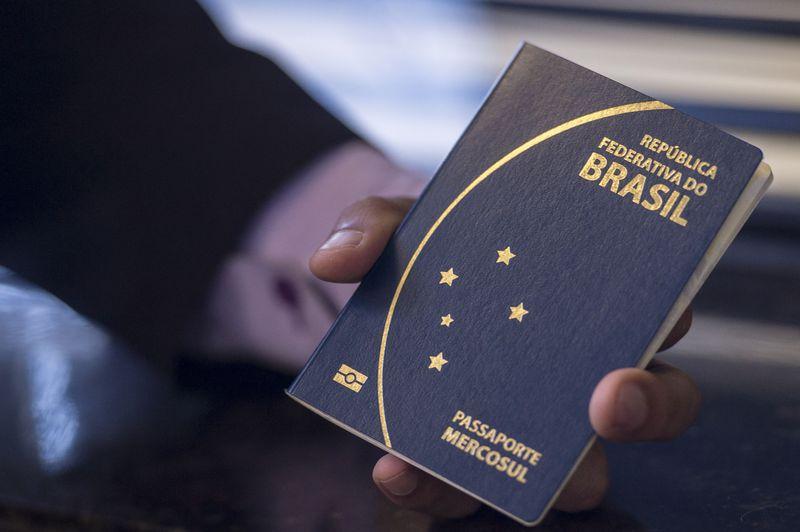 Novo passaporte comum eletrônico brasileiro. O documento passou a ser emitido desde a última segunda -feira (6) pela Polícia Federal e Casa da Moeda, e terá prazo de validade de 10 anos (Marcelo Camargo/Agência Brasil). Crédito: Marcelo Camargo/Agência Brasil