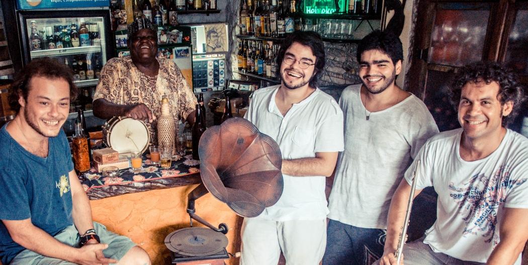Niter, Baco da Cuíca, Flávio, Lucas e Vinícius formam o 522. Crédito: Bárbara Bueno