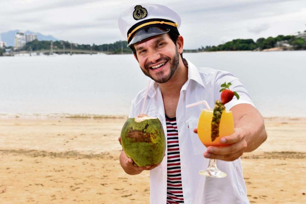 Saulo Malbar vai curtir o carnaval em um cruzeiro até a Bahia. Folião experiente, ele garante cuidar da saúde, como beber água de coco entre um drinque e outro. Crédito: Fernando Madeira