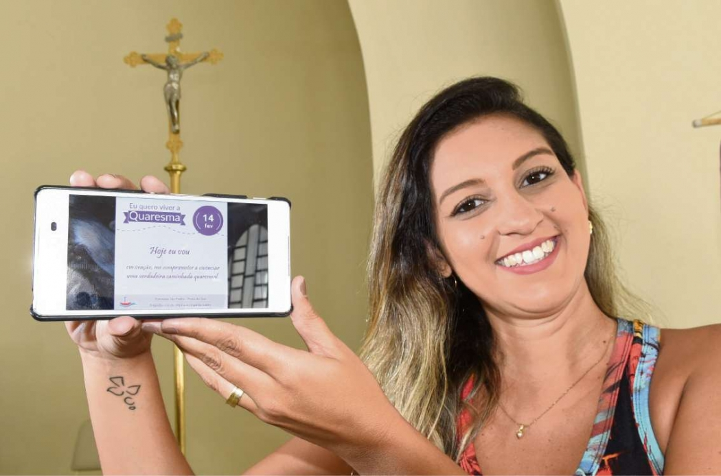 Melina Nunes, da Paróquia São Pedro, em Vitória: mensagens diárias para ajudar nas penitências. Crédito: Carlos Alberto Silva | AG