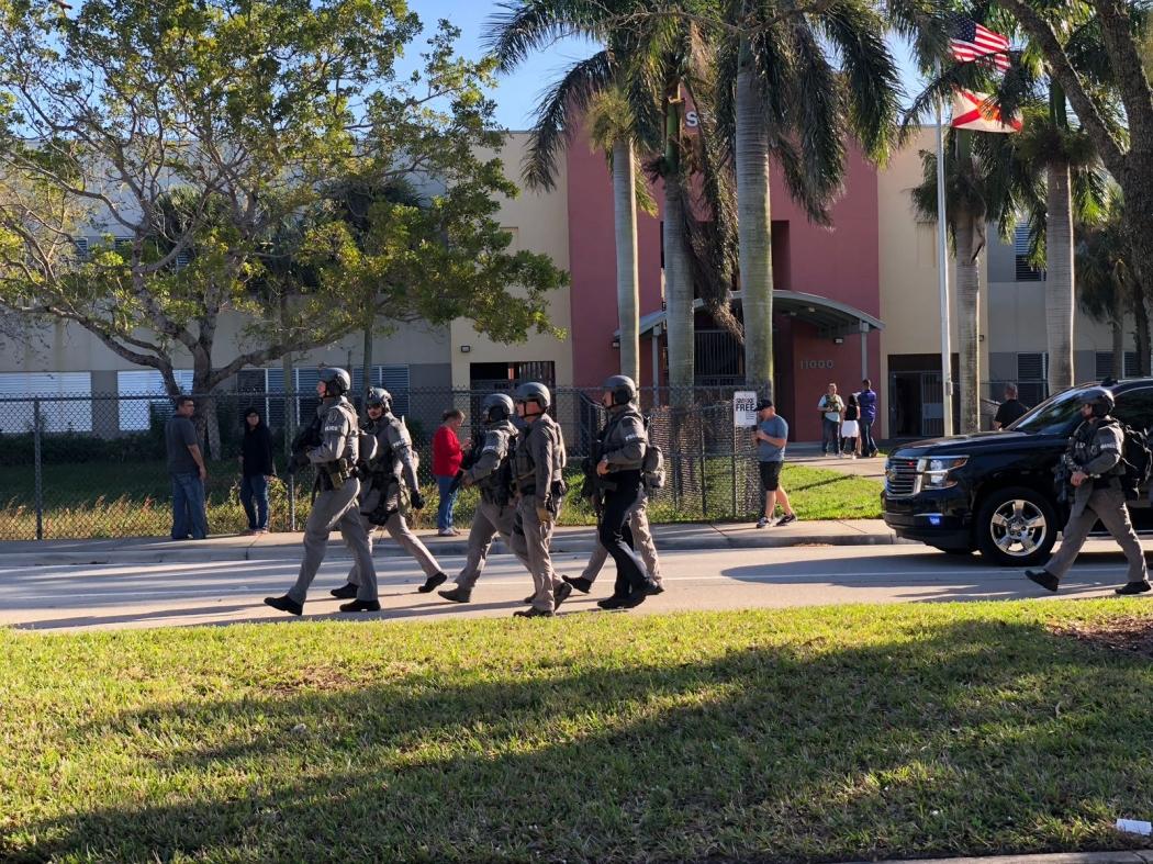 Ataque na Flórida: atirador deixa ao menos 1 morto e 20 feridos em escola. Crédito: Internauta