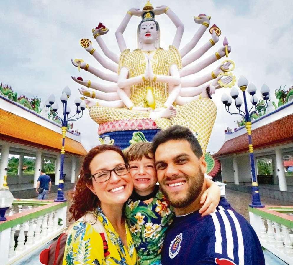 Mariana Magoga Cardoso Pereira, o marido,, Gustavo Augusto Oliveira de Almeida, com o filho Lucas, de 3 anos, em viagem para a Tailândia, em janeiro de 2018 . Crédito: Instagram Mais vida por favor/Reprodução