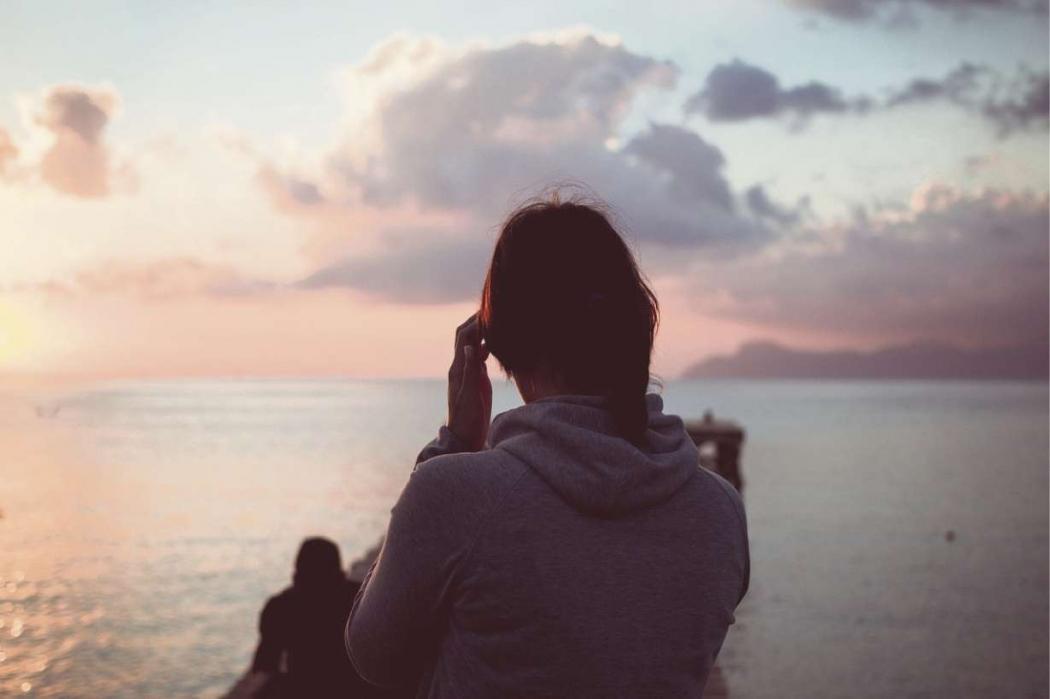 Por trás de uma foto bonita na praia, postada nas rede sociais, nem sempre há de fato felicidade. Crédito: Pixabay