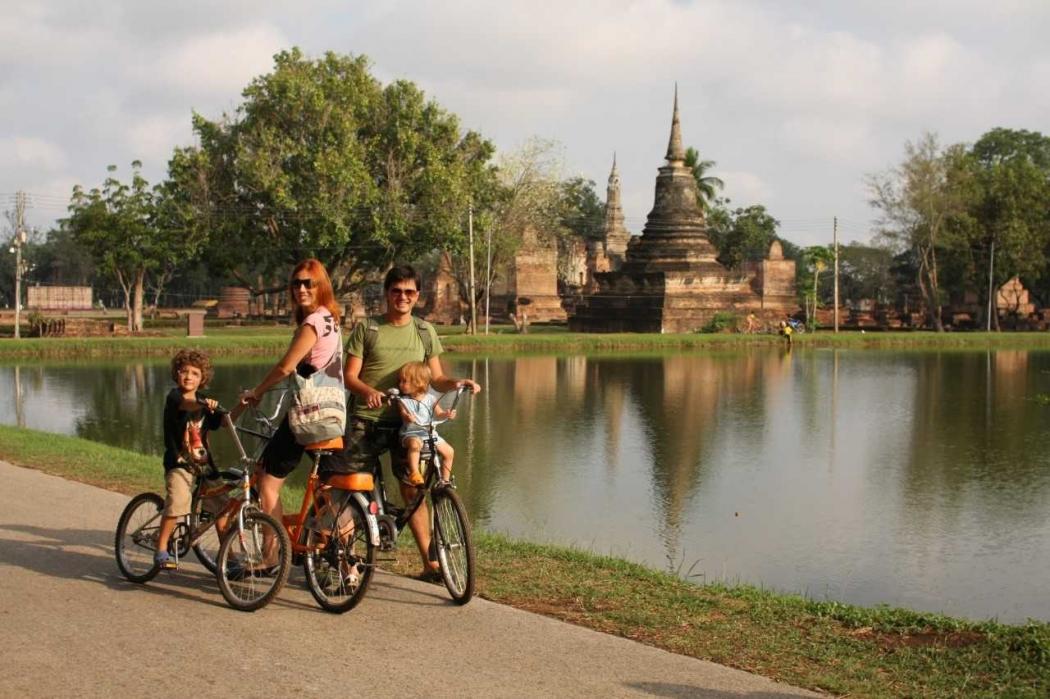 Patrícia e Nuno Papp com os filhos Luisa e Pedro na Tailândia. Crédito: Blog Eu viajo com meus filhos/Divulgação