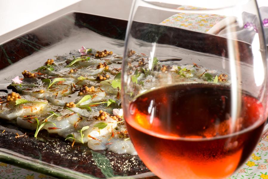 Carpaccio de lagosta com sal de açafrão e grãos de mostarda, da chef Cleuza Costa, do restaurante Della Bistrô. Crédito: Ari Oliveira / Divulgação