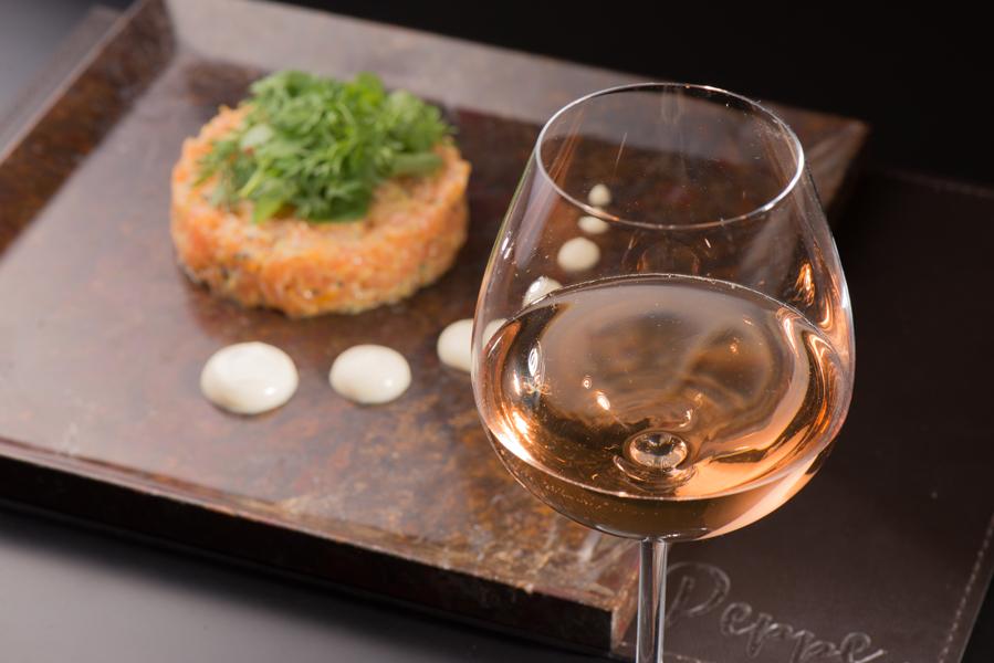 Tartar de salmão, do chef Vinicius Rocha, do restaurante Peppe . Crédito: Ari Oliveira / Divulgação