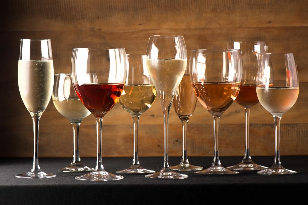 Vinhos brancos, rosés e espumantes são a melhor pedida para beber no verão. Crédito: Ari Oliveira / Divulgação