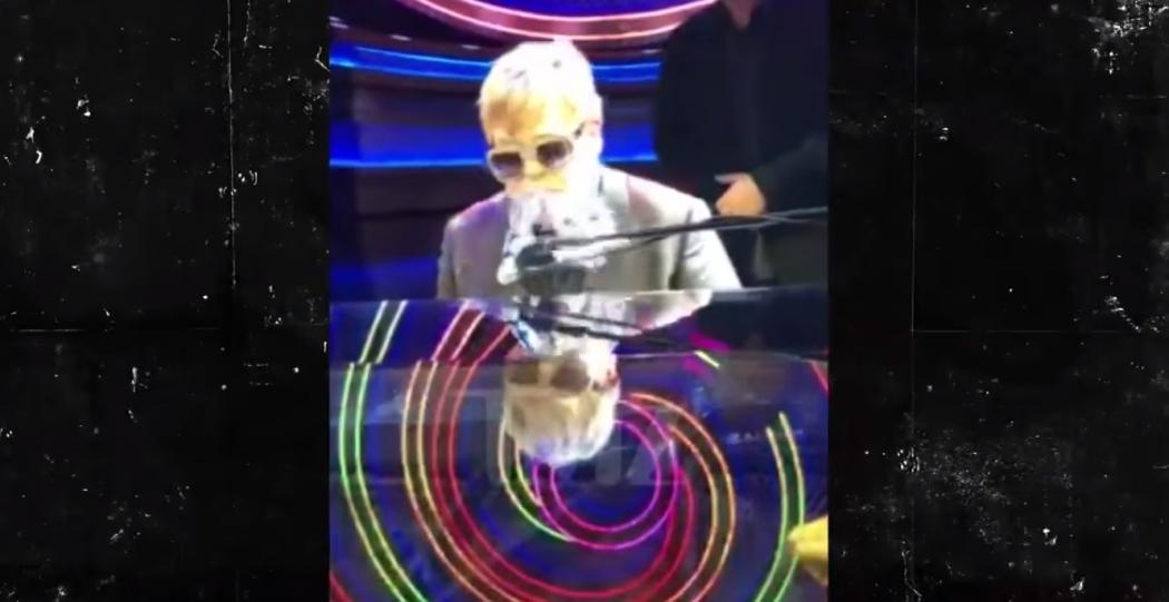 Elton John é atingido no rosto durante show em Las Vegas, nos EUA. Crédito: Youtube / TMZ