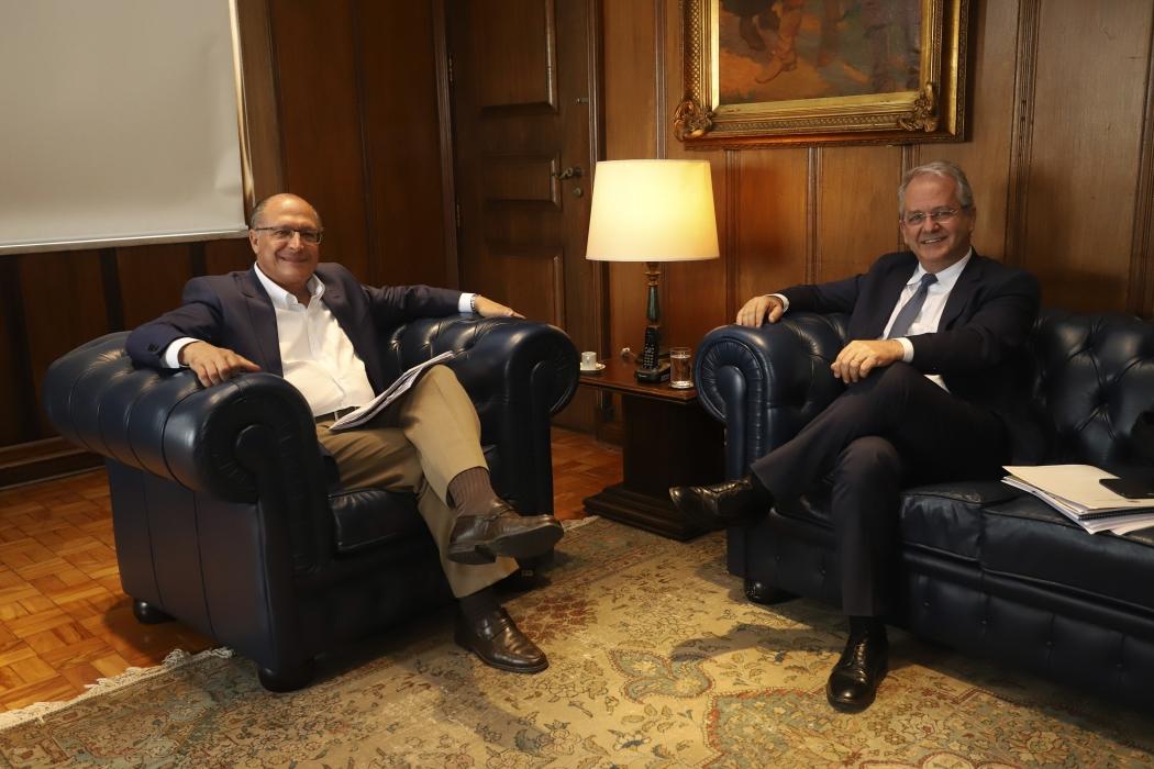 O governador de São Paulo, Geraldo Alckmin, e o vice-governador do Espírito Santo, César Colnago, em reunião em São Paulo. Crédito: Gilberto Marques/Governo SP