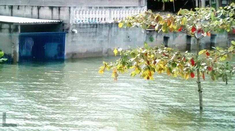 Sem escoamento, água da Lagoa Juparanã invade ruas e casas. Crédito: Reprodução | TV Gazeta Norte