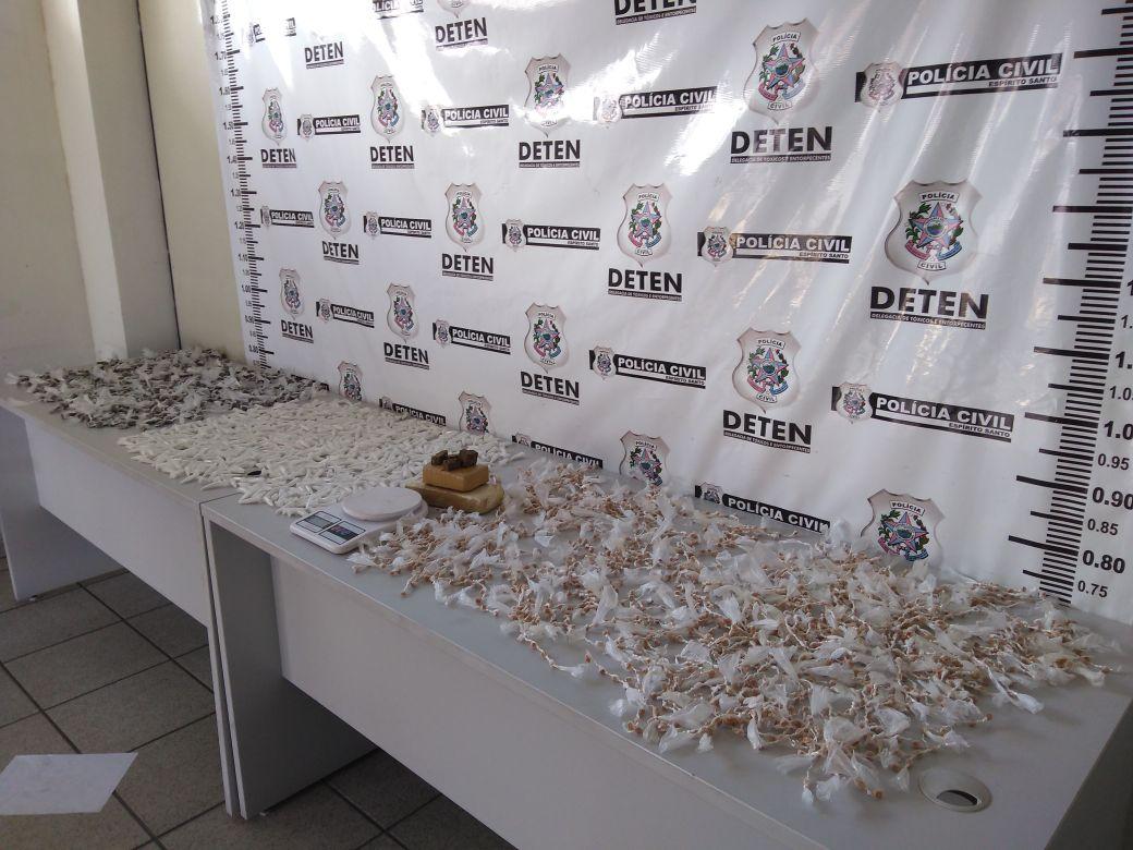 As drogas que estavam com a jovem de 22 anos foram apreendidas na Rodoviária de Serra-Sede. Crédito: Divulgação/SESP