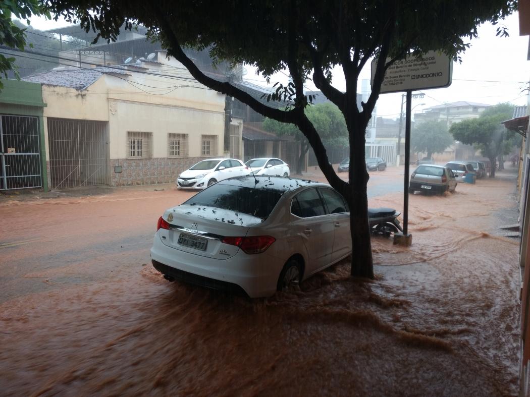 Rua alagada em Alegre. Crédito: Renato Rodrigues