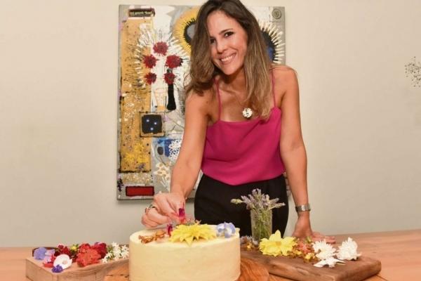 Anice Moretto é famosa pelos bolos com flores comestíveis