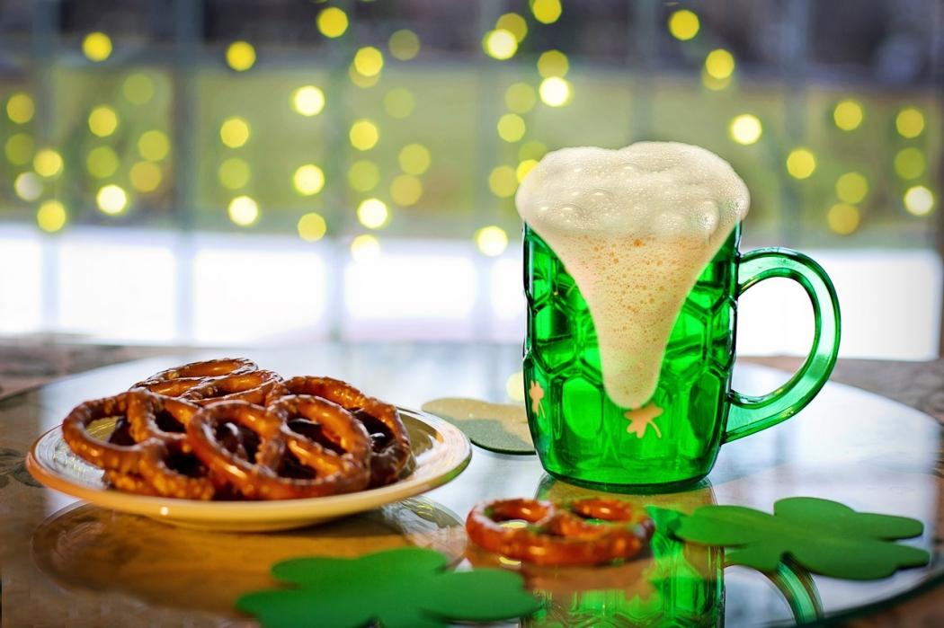 Dia de São Patrício será comemorado com muita cerveja e música. Crédito: Pixabay