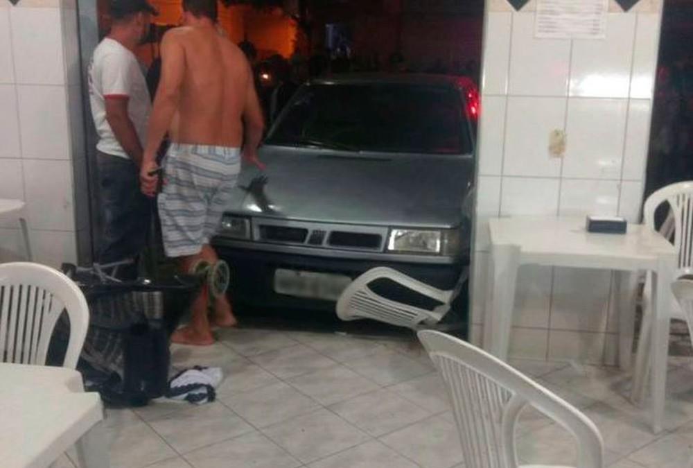 Menina vira chave do carro para fechar vidro e atropela bebê no ES. Crédito: TV Gazeta