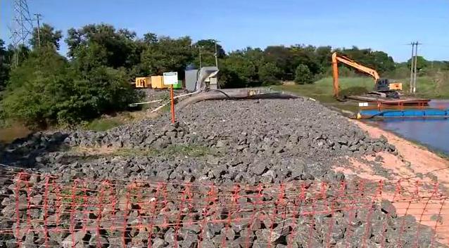 Barragem construída no Rio Pequeno, em Linhares, para evitar que os rejeitos de minério atingissem o Rio Doce. Crédito: Reprodução | TV Gazeta Norte