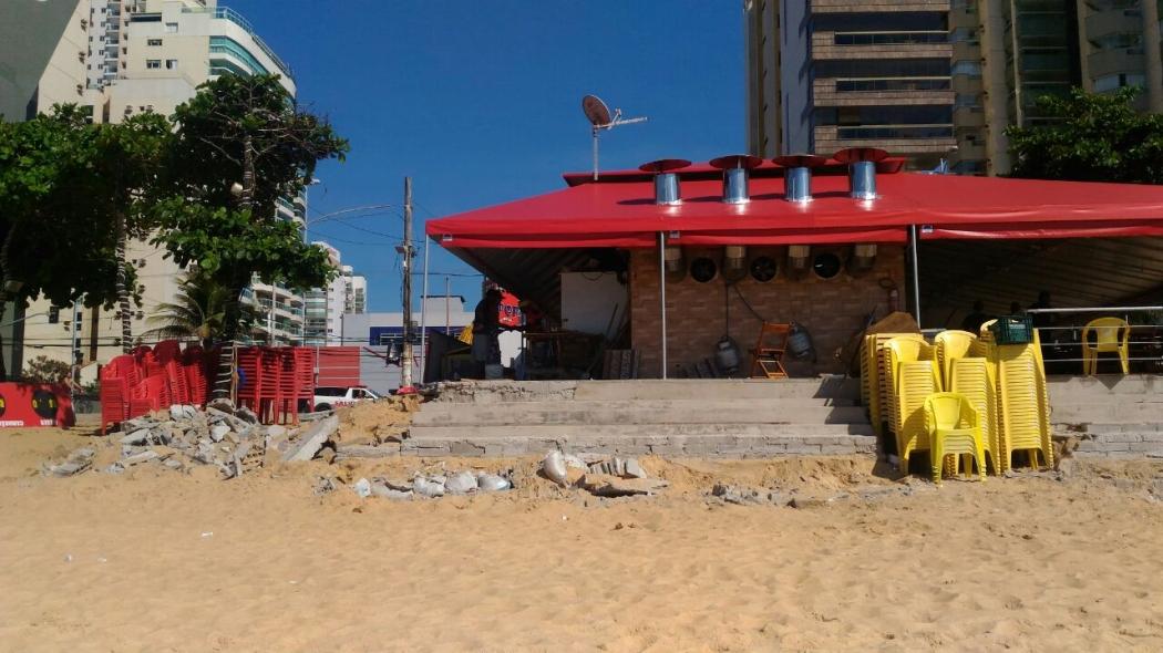 Quiosque do Vitalino tem paredes laterais, degraus e tablado demolidos pela Fiscalização Urbanística da Prefeitura de Vila Velha, nesta sexta-feira (16). Crédito: Kaique Dias