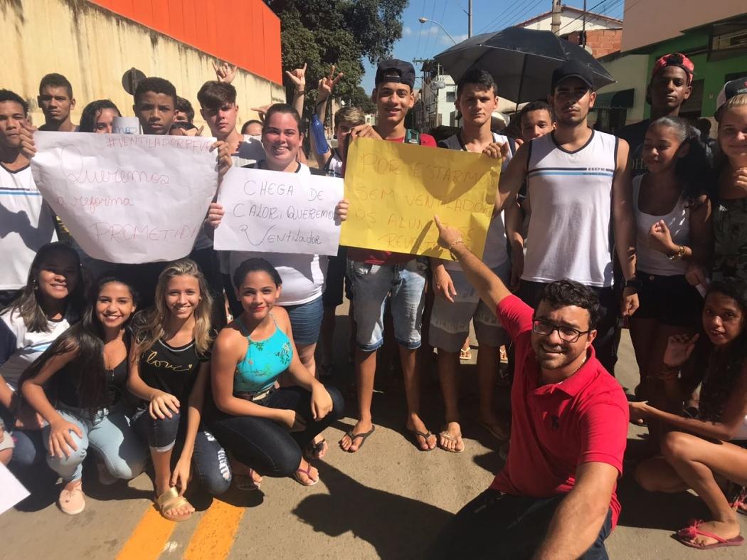 Alunos durante manifestação na tarde desta sexta-feira (16). Crédito: Divulgação/Facebook