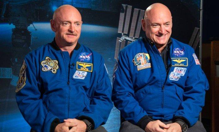 Os gêmeos astronautas Mark (esquerda) e Scott Kelly (direita): missão de longa duração no espaço ainda afetava funcionamento dos genes de Scott seis meses depois de sua volta à Terra, mas não alterou seu DNA em si . Crédito: obert Markowitz /Nasa/Centro Espacial Johnson