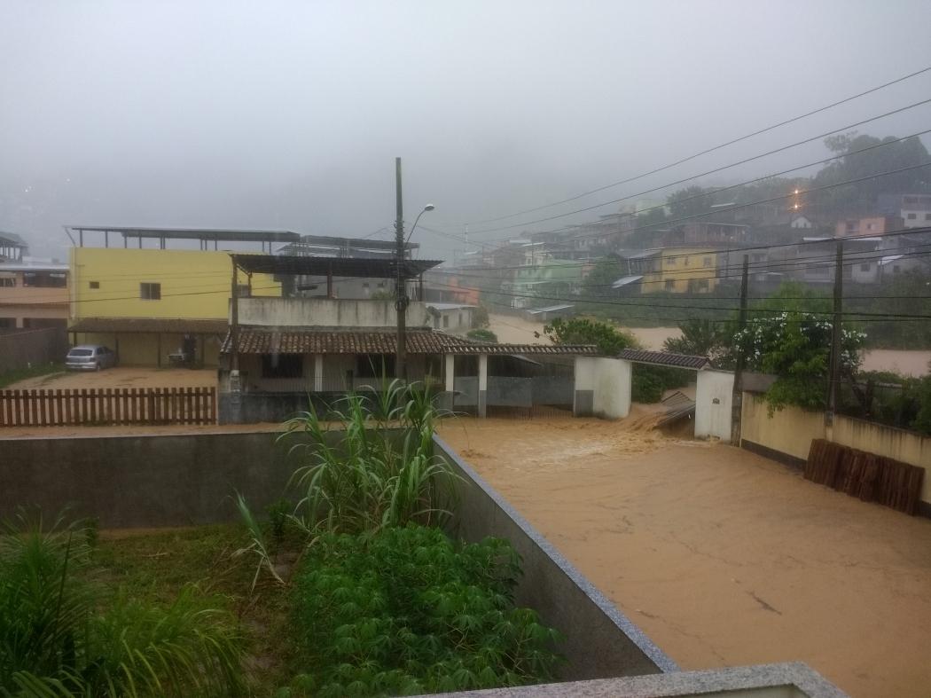 Chuva alaga Rio Novo do Sul. Crédito: Carlos Antonio Rodrigues
