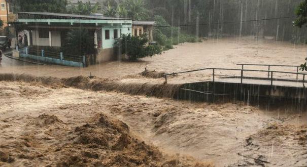 Ponte de Bom Destino, em Iconha, foi coberta pela água do rio. Crédito: Internauta / Livia Mozer