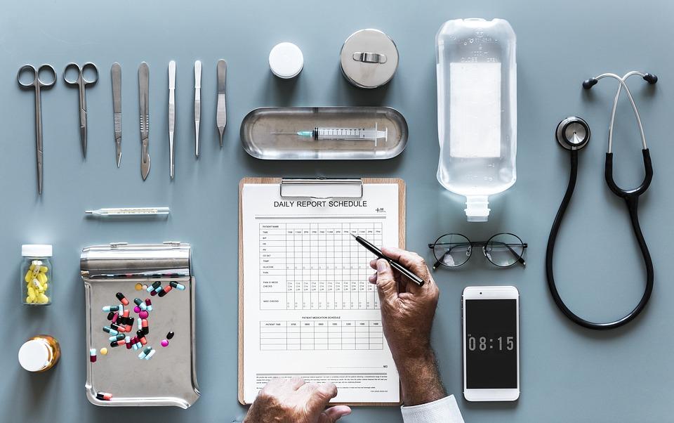 Médico, celular. Crédito: Pixabay