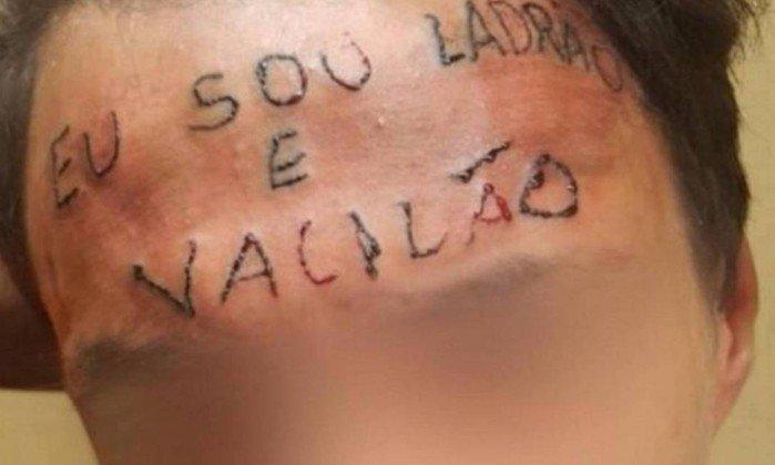 Jovem que teve testa tatuada é preso por furtar desodorante em SP