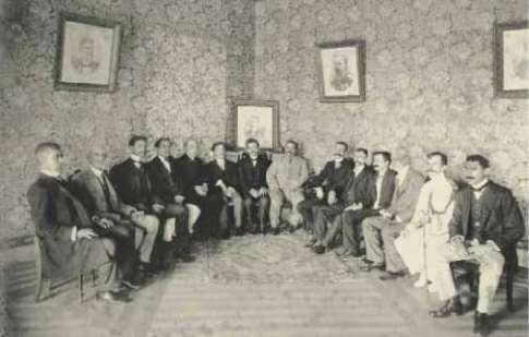 Jerônimo Monteiro, ao centro, em reunião com assessores e políticos em 1910. Crédito: Reprodução do livro