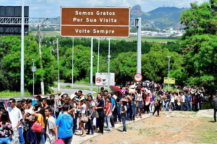 Pessoas fazem longa fila em frente ao shopping mestre Álvaro para tentar uma vaga de emprego em uma lanchonete . Crédito: Bernado Coutinho