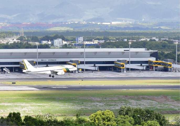 Aeronave da FAB fez aproximação pela Praia de Camburi antes de pousar na nova pista. Testes foram feitos para a inauguração do terminal aeroportuário nesta quinta. Crédito: Bernardo Coutinho