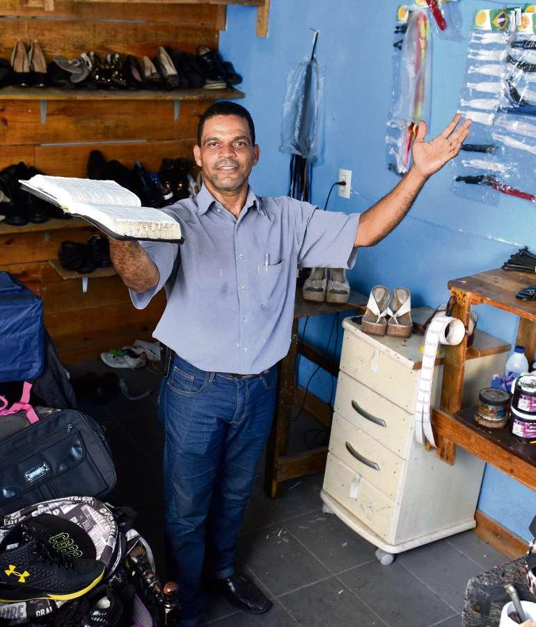 O sapateiro Cristiano Rangel acredita que a fé o curou da esclerose múltipla. Crédito: Fernando Madeira