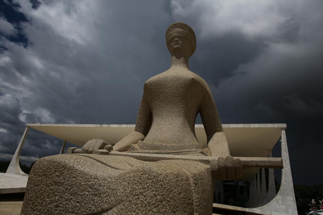 Nuvens carregadas vistas sobre a estátua da Justiça, em frente ao prédio do Supremo Tribunal Federal (STF), em Brasília, na manhã desta quarta-feira. Crédito: Dida Sampaio/AE