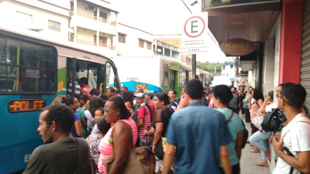 Ponto de ônibus cheio na pracinha de Porto de Santana, em Cariacica. Crédito: Caíque Verli