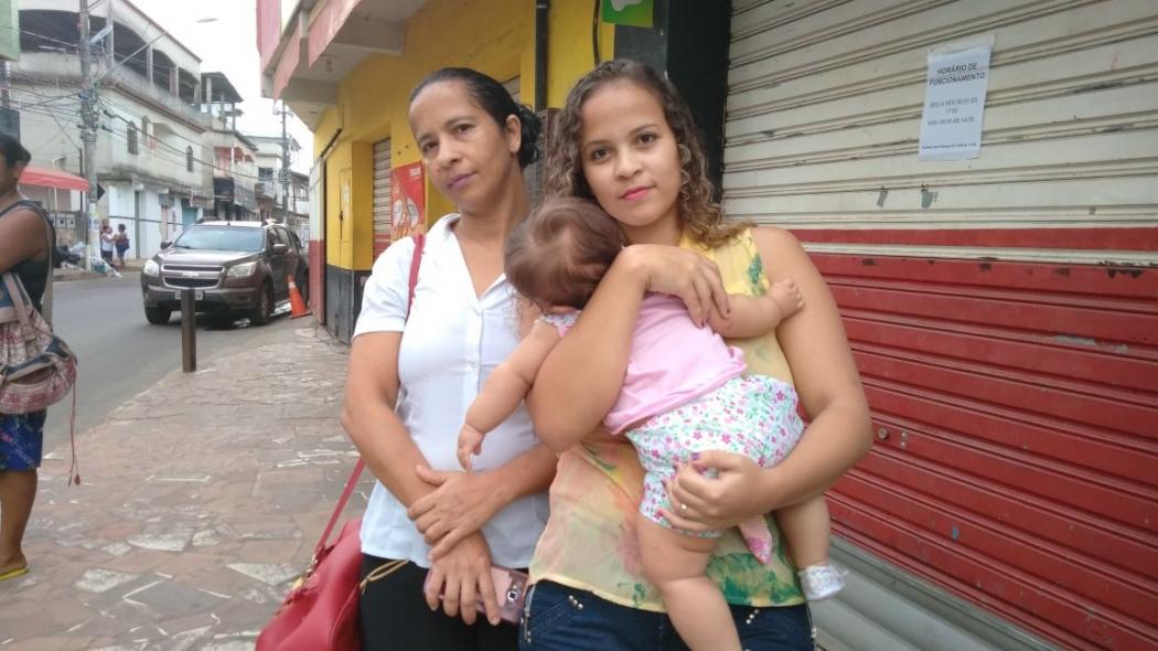 A copeira Cirlene de Lima, de 43 anos, ficou com a filha e a neta de 4 meses no ponto de ônibus. Crédito: Caíque Verli