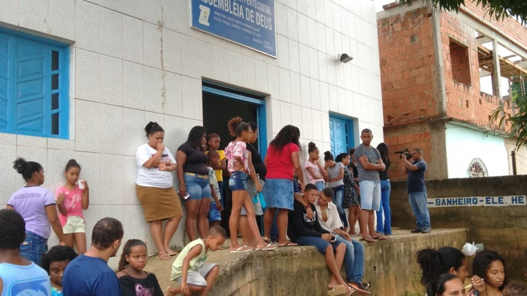 Família e amigos se despedem de Karolaine do Rosário Mattos, 18 anos, vítima de bala perdida em Cariacica. Crédito: Caíque Verli