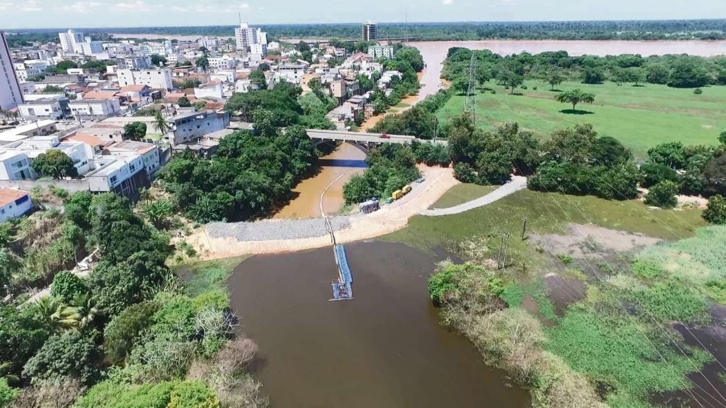 Barragem entre a Lagoa Juparanã e o Rio Pequeno, onde foi aberto canal para escoar água. Crédito: Carlos Palito - TV Gazeta