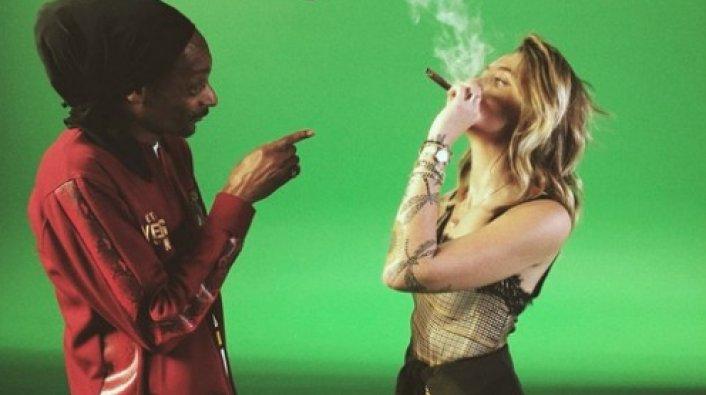 Snoop Dogg e Paris em gravação do clipe . Crédito: Reprodução Twitter