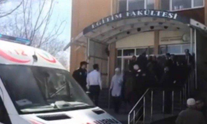 Professor mata quatro colegas em universidade — Turquia