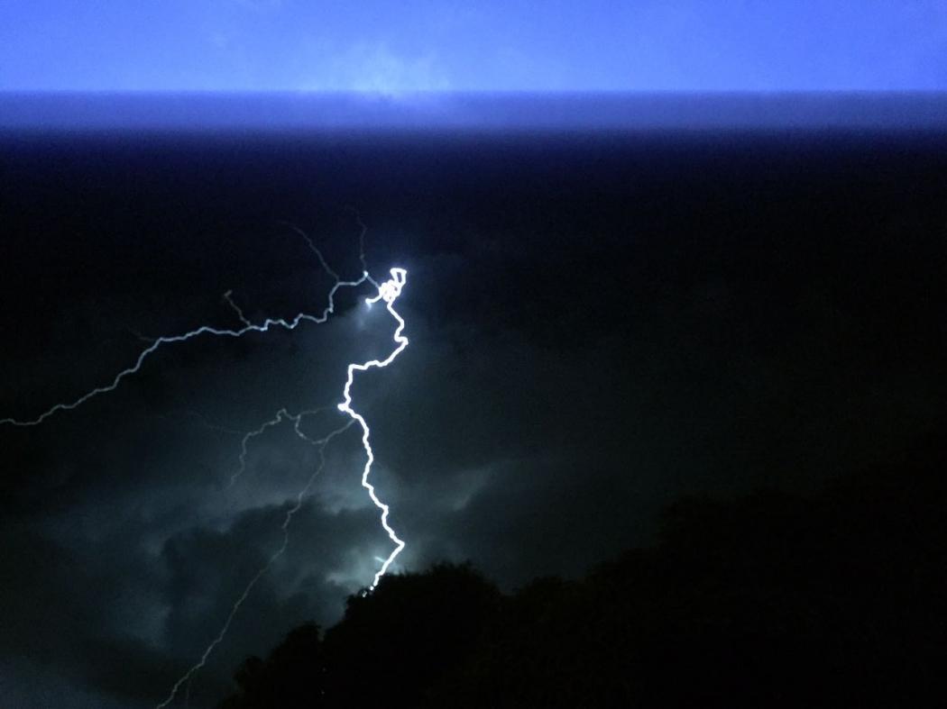 Internauta registra tempestade com raios em Vila Prudêncio, Cariacica, na madrugada desta quarta-feira (11). Crédito: Elias Gleyser