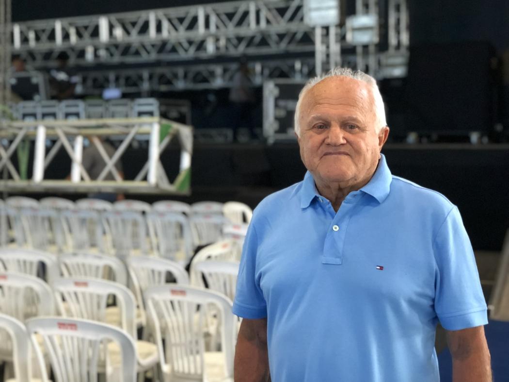 Givaldo Barros, que trabalha com Roberto Carlos há 53 anos, é quem coordena os trabalhos de montagem de palco e camarim do rei há décadas. Crédito: Pedro Permuy