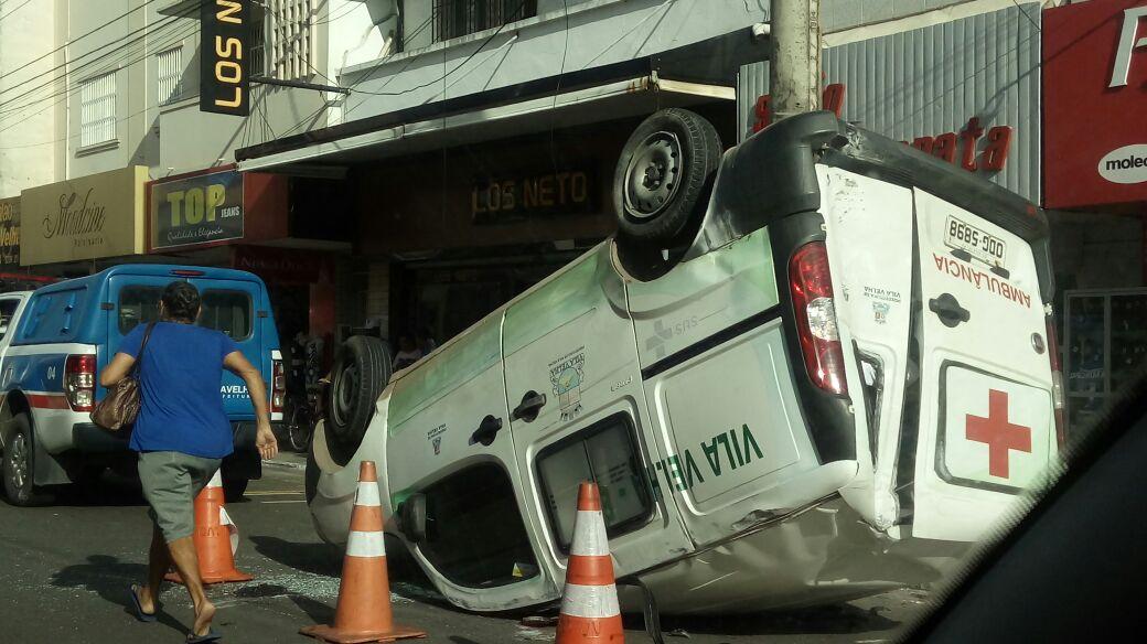 Acidente envolvendo ambulância e carro deixa um ferido em Vila Velha. Crédito: Miram Rodrigues/Internauta Gazeta Online