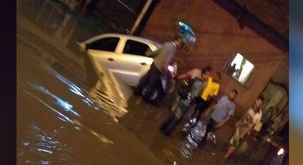 O veículo caiu em um valão, no bairro Cobilândia, em Vila Velha. Crédito: Internauta | Clementina Grigoleto
