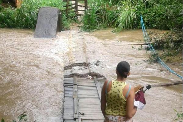 Ponte em que moradores de Maricará, na zona rual de Cariacica, utilizam, ficou debaixo de água. Crédito: Instagram/Internauta