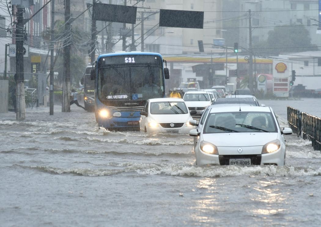 Chuva de 12 horas deixa ruas alagadas na Grande Vitória. Crédito: Bernardo Coutinho