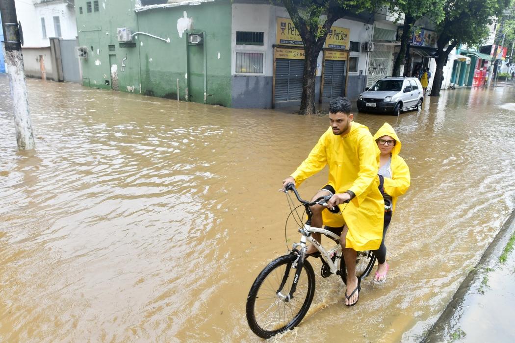 Muitos pedestres e motoristas tiveram dificuldade em transitar pela Avenida Cesar Hilal, em Vitória, nesta segunda-feira. Crédito: Bernardo Coutinho