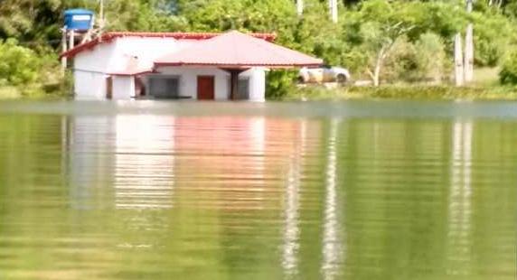 Cheia da Lagoa Juparanã atinge casas e cobre quiosques em Linhares. Crédito: Reprodução | TV Gazeta Norte
