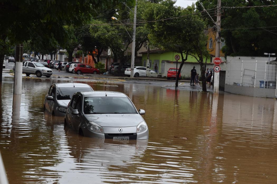 Água entrou nos carros estacionados na Rua Chafic Murad. Crédito: João Pulo Rocetti